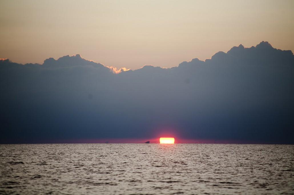 Solen går ned i vest over Danmark