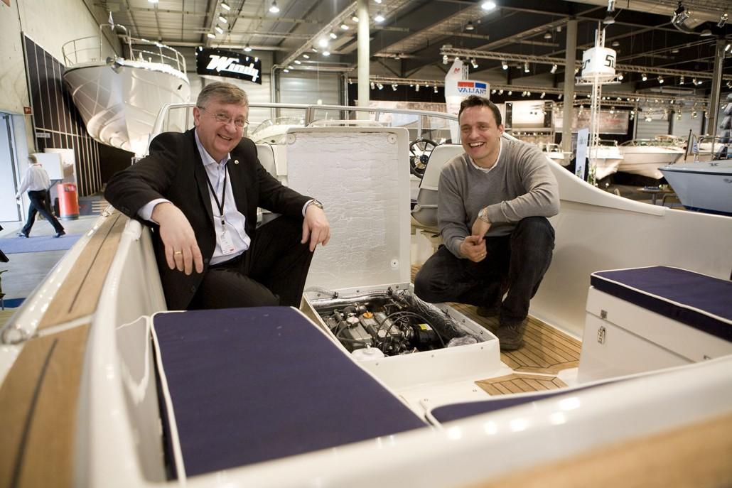 Haakon R. Hansen, direktør, Yanmar Norge og Erling Nilsen, daglig leder, Skager Service AS, diskuterer den nye hybridløsningen