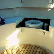 WC, diskret plassert i u-benken